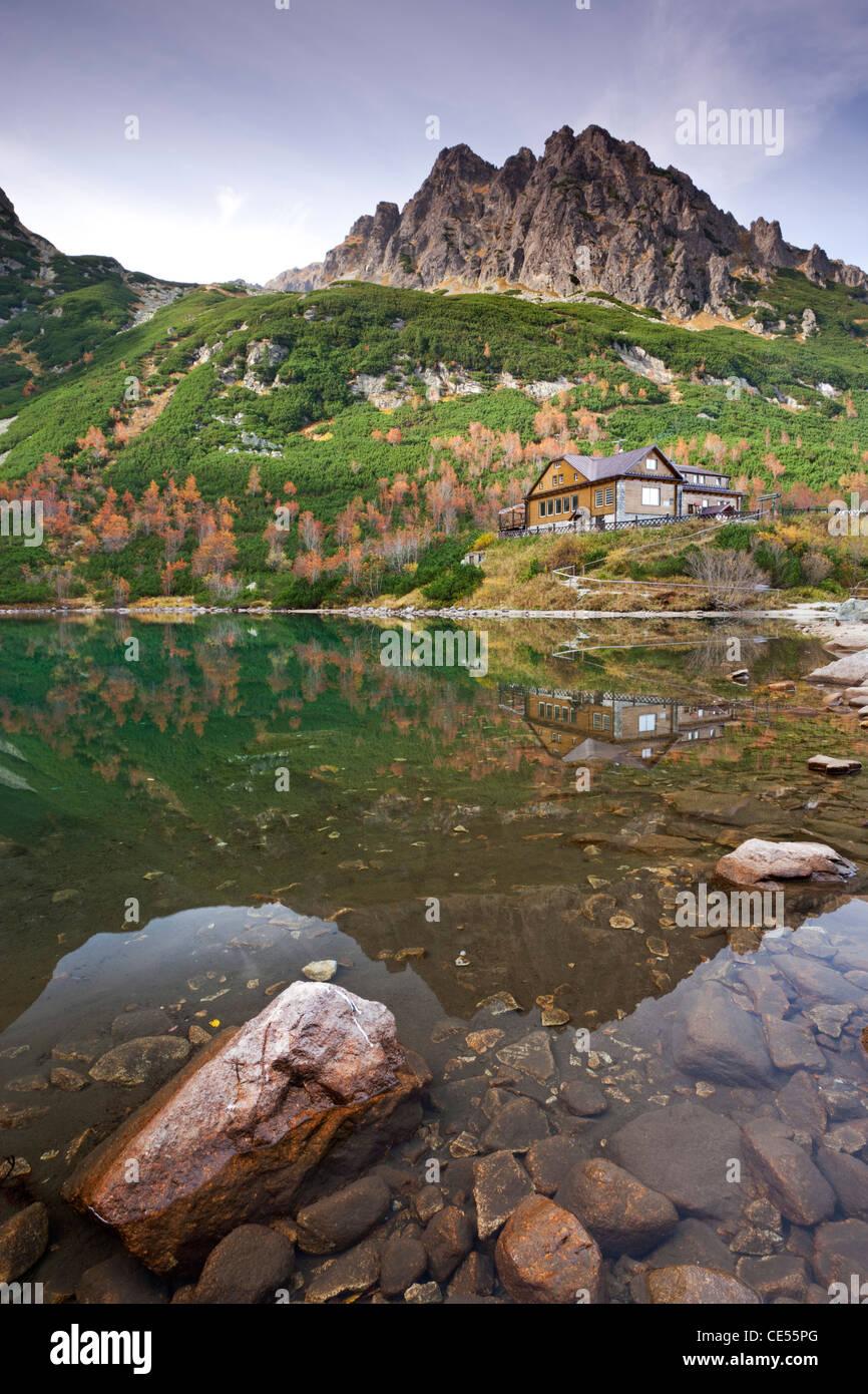 Zelene Pleso lago y montaña casa rural en las altas montañas Tatras, en Eslovaquia, en Europa. Otoño Imagen De Stock