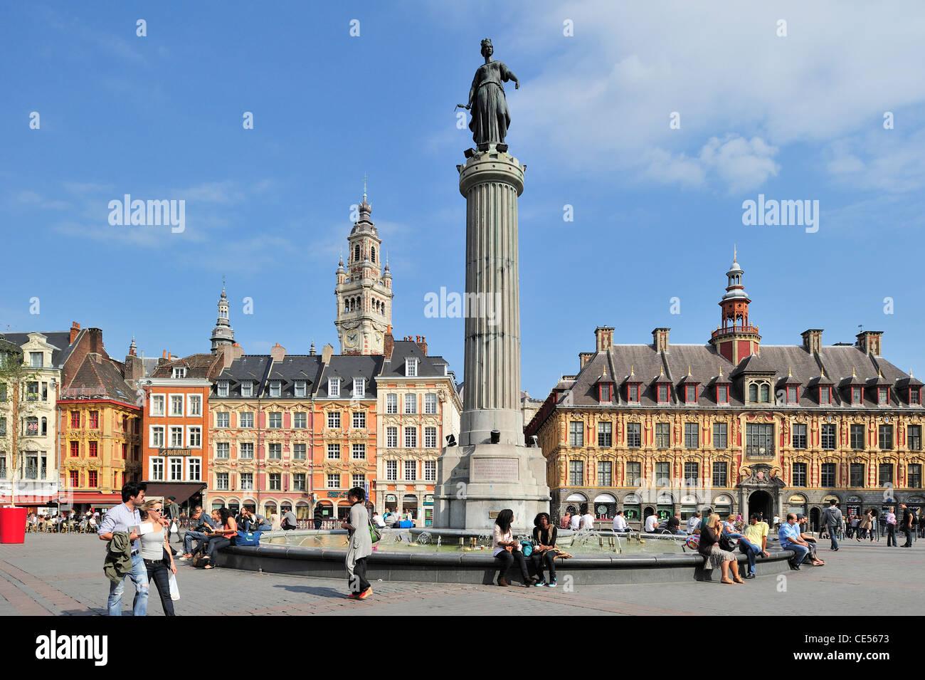 La torre campanario y el memorial del asedio de 1792 / columna de la Diosa / La Déesse en la Place du Général Imagen De Stock