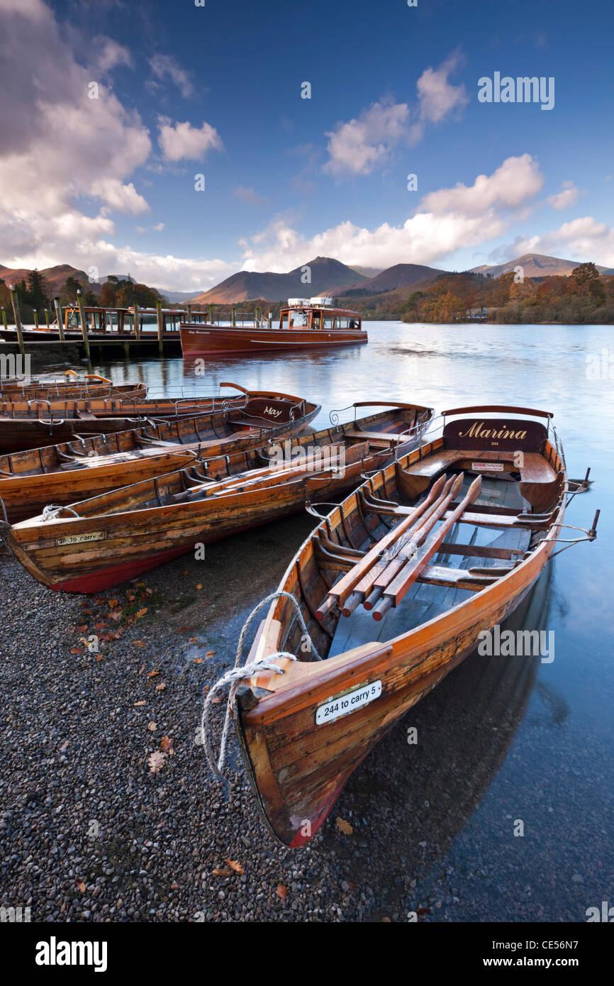 Embarcaciones de remo de madera sobre el agua Derwent, Keswick, Cumbria, Lake District, Inglaterra. Otoño (noviembre Imagen De Stock