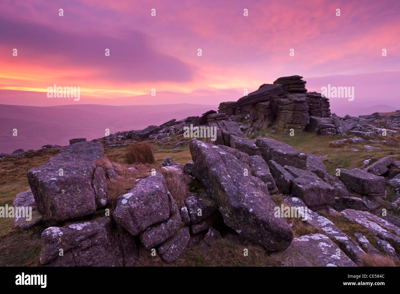Intenso amanecer encima Belstone Tor, Dartmoor, Devon, Inglaterra. Invierno (enero de 2012). Foto de stock