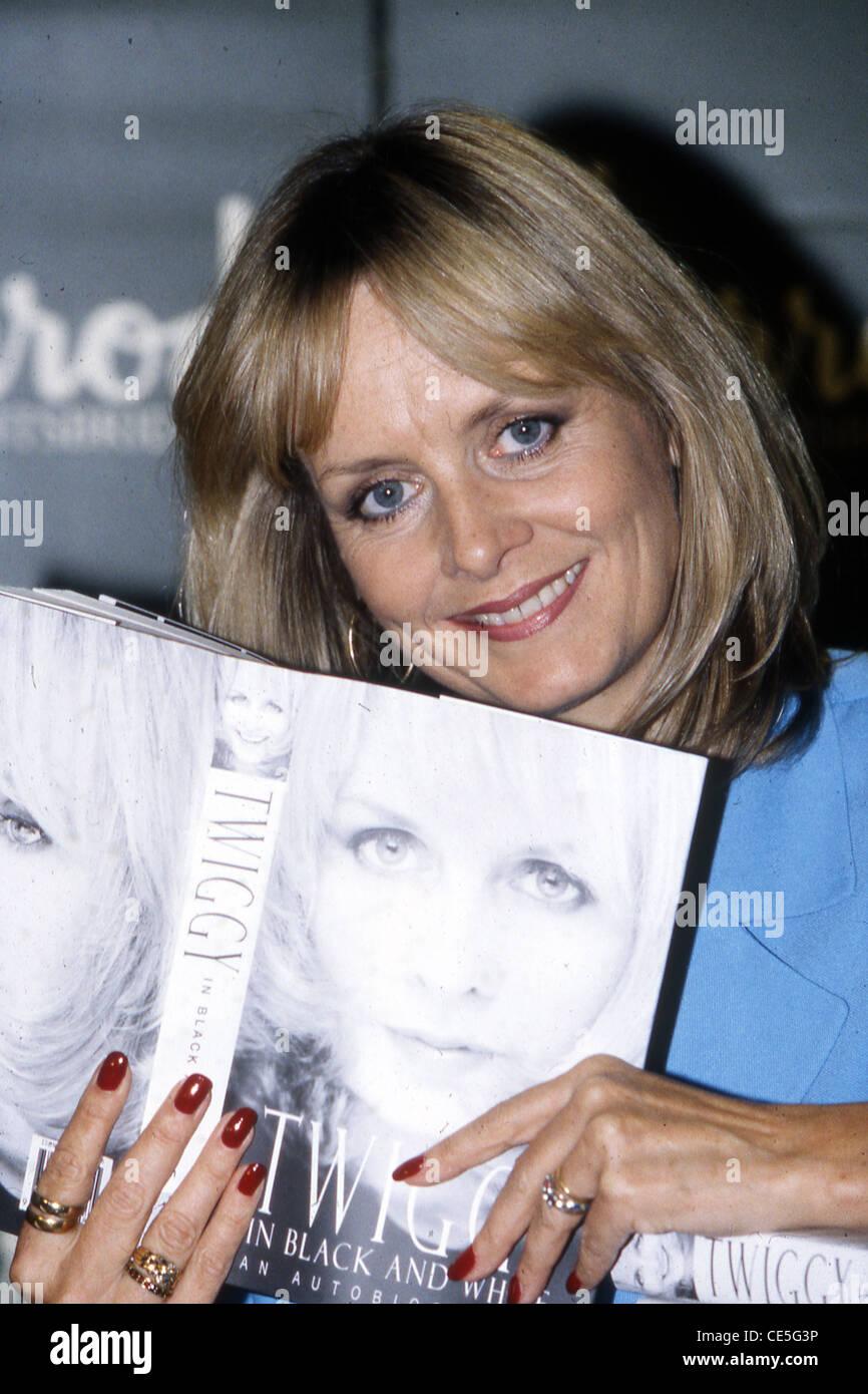 TWIGGY UK modelo y actriz de cine 1998 con su libro 'Twiggy' en blanco y negro Imagen De Stock
