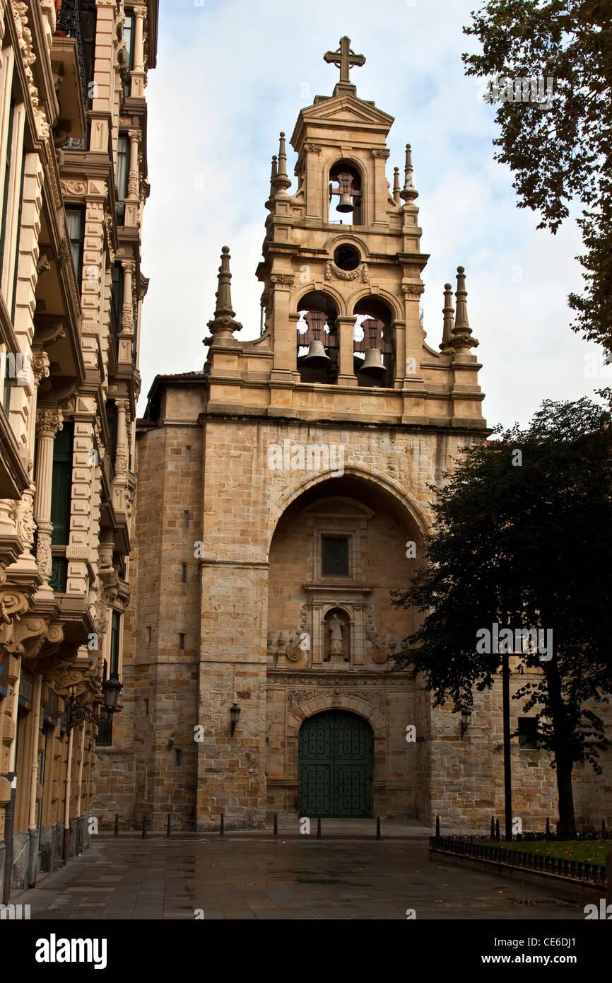 España Bilbao Vasco Iglesia De St Vincent Mattyr San Vicente Martir Jardines De Albia Arco Triunfal De Estilo Gótico Renacentista Del Siglo Xvi Fotografía De Stock Alamy