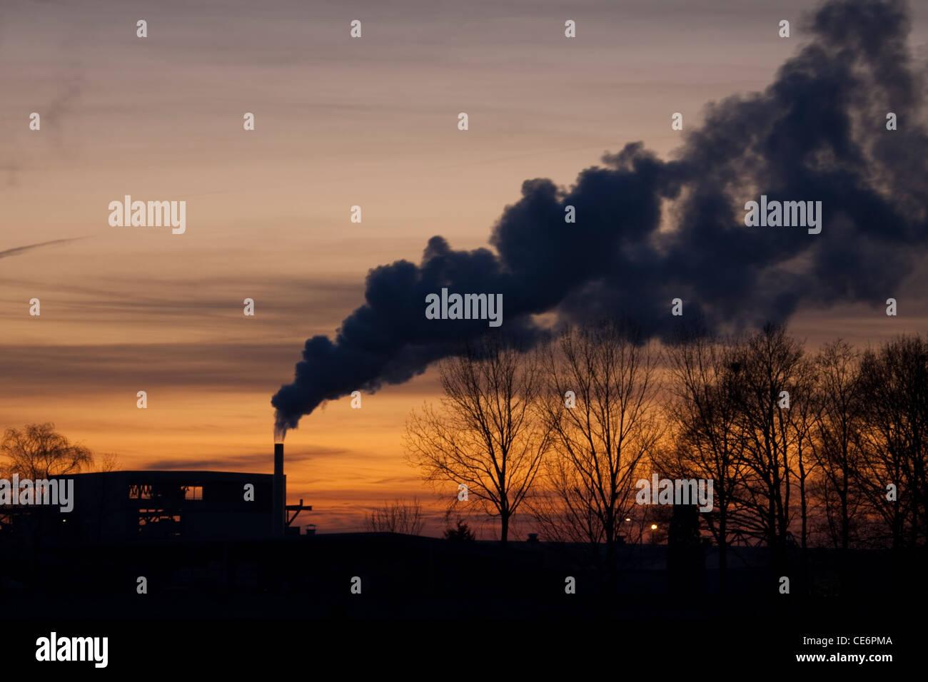 Bombeo de fábrica fuera desconocida de las emisiones. Foto de stock