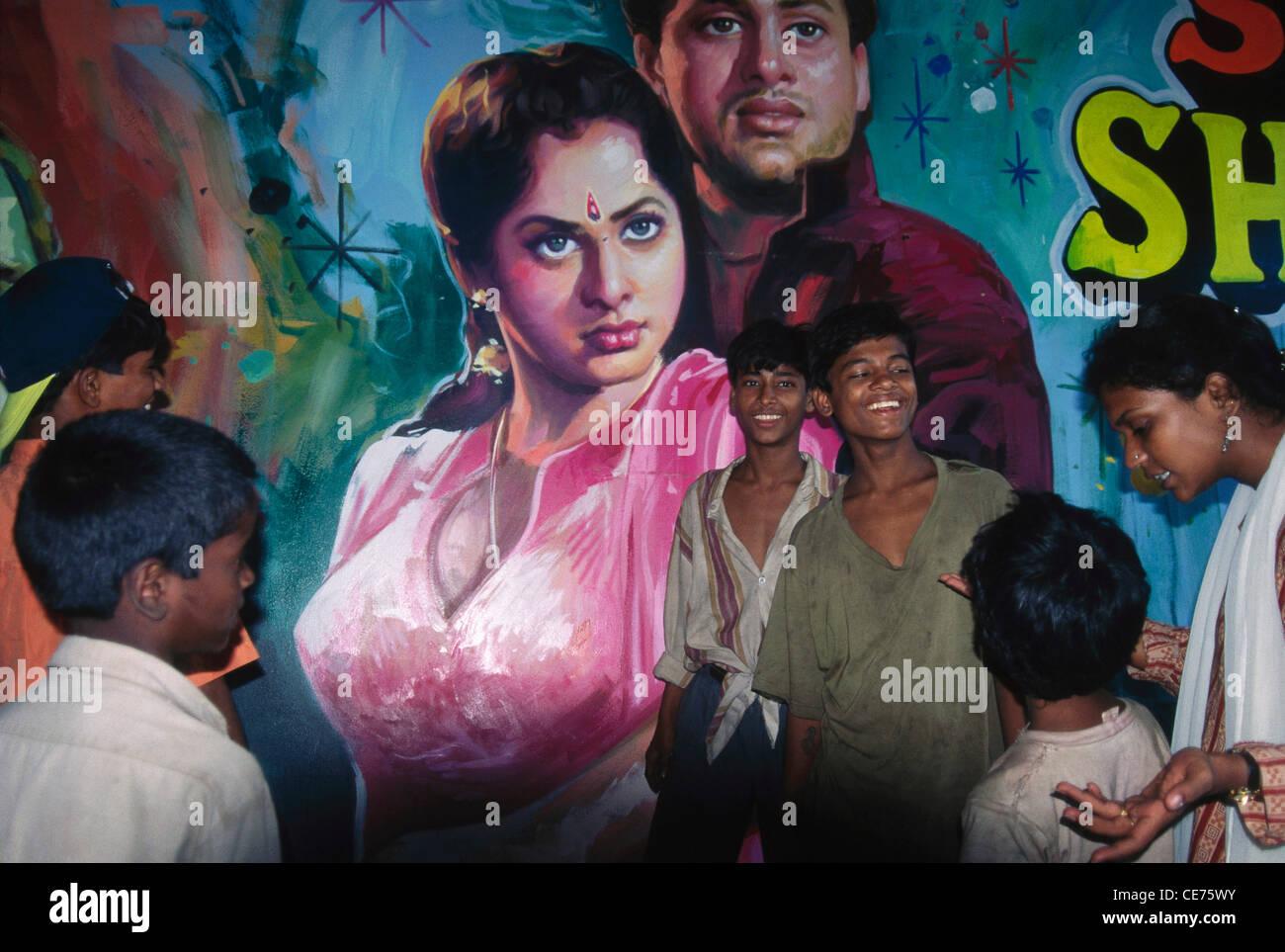 SOA 84695 : Los niños de la calle en India delante del póster de Bollywood Bombay Bombay india Imagen De Stock