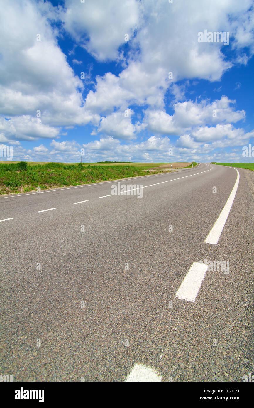 Largo camino estirando hacia la distancia Foto de stock