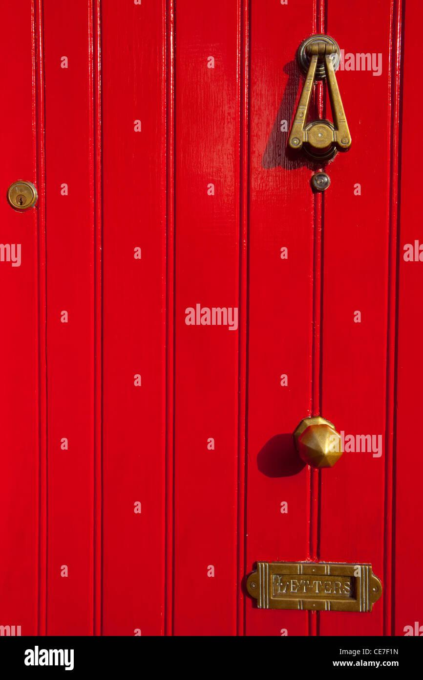 Puerta roja con ranura de correo, cerca de Galway, Irlanda Imagen De Stock