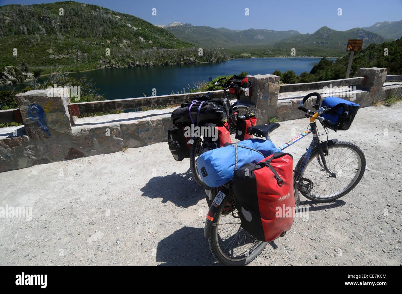 Viajar en bicicleta con alforjas estacionado con vistas al Lago Machonico, pintoresca Ruta de los Siete Lagos, Argentina Imagen De Stock
