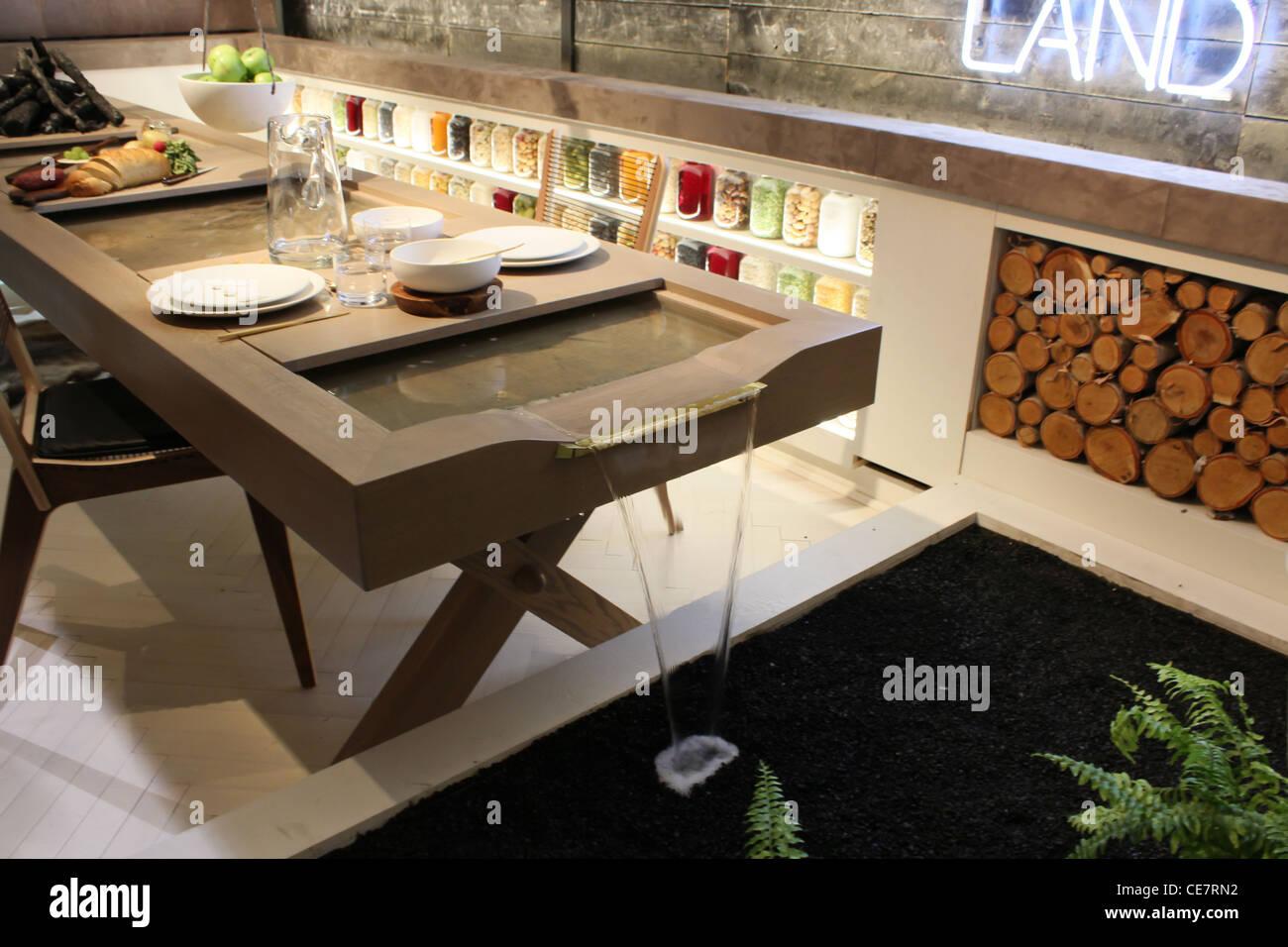 El agua que fluye mesa de comedor de diseño innovador Foto de stock