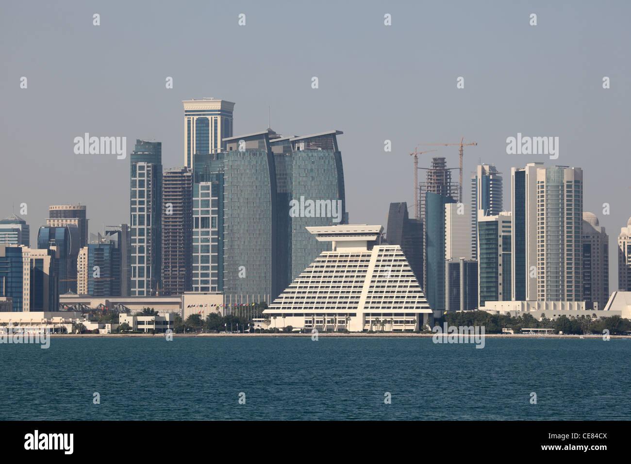 Horizonte del distrito centro de Doha Dafna. Qatar, Oriente Medio Imagen De Stock