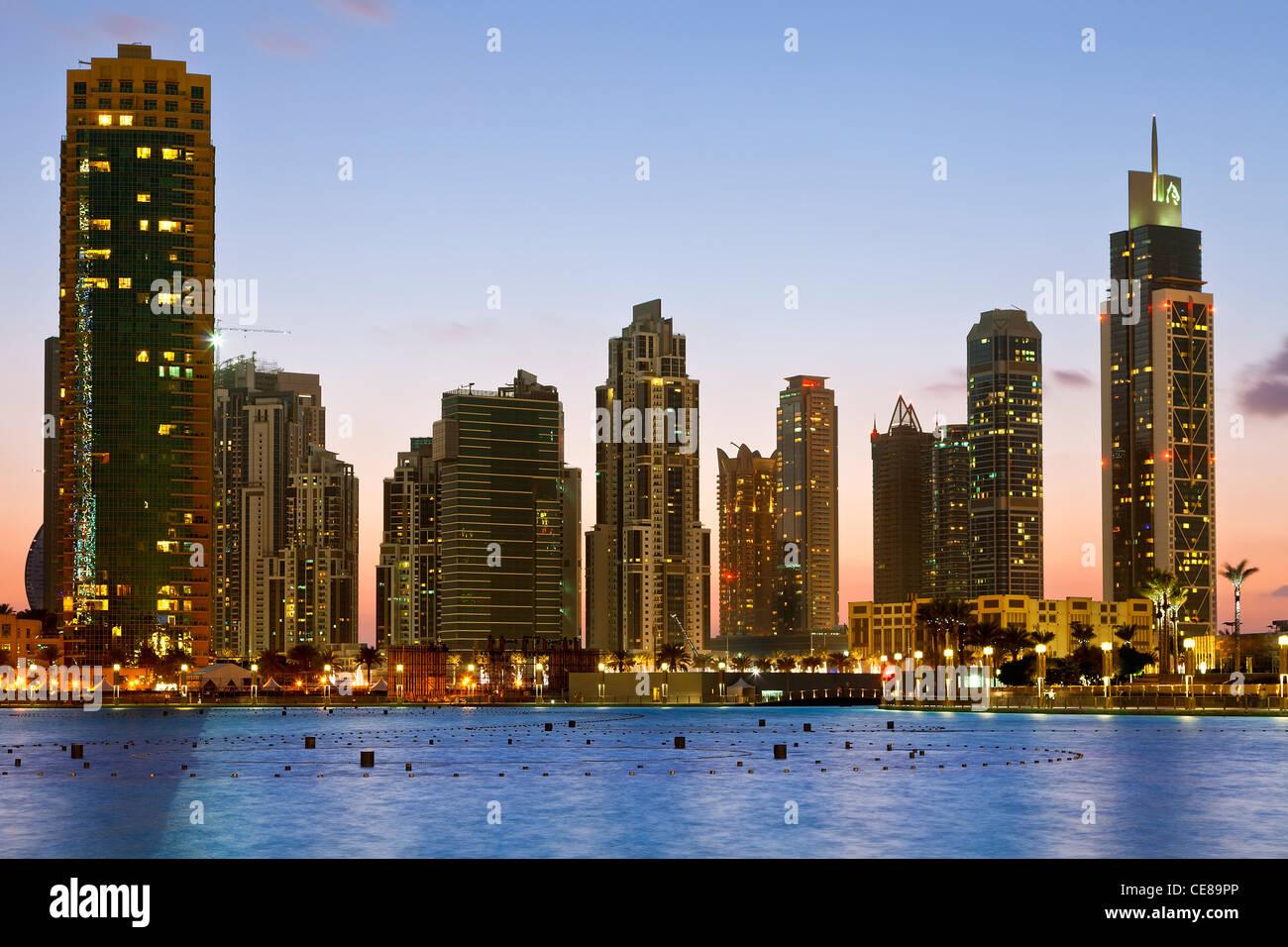 Por la noche, los rascacielos de Dubai Imagen De Stock