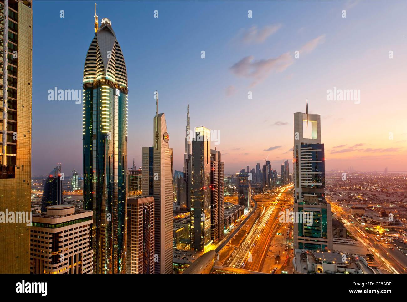 Dubai, imponentes torres de oficinas y apartamentos a lo largo de Sheik Zayed Road Imagen De Stock