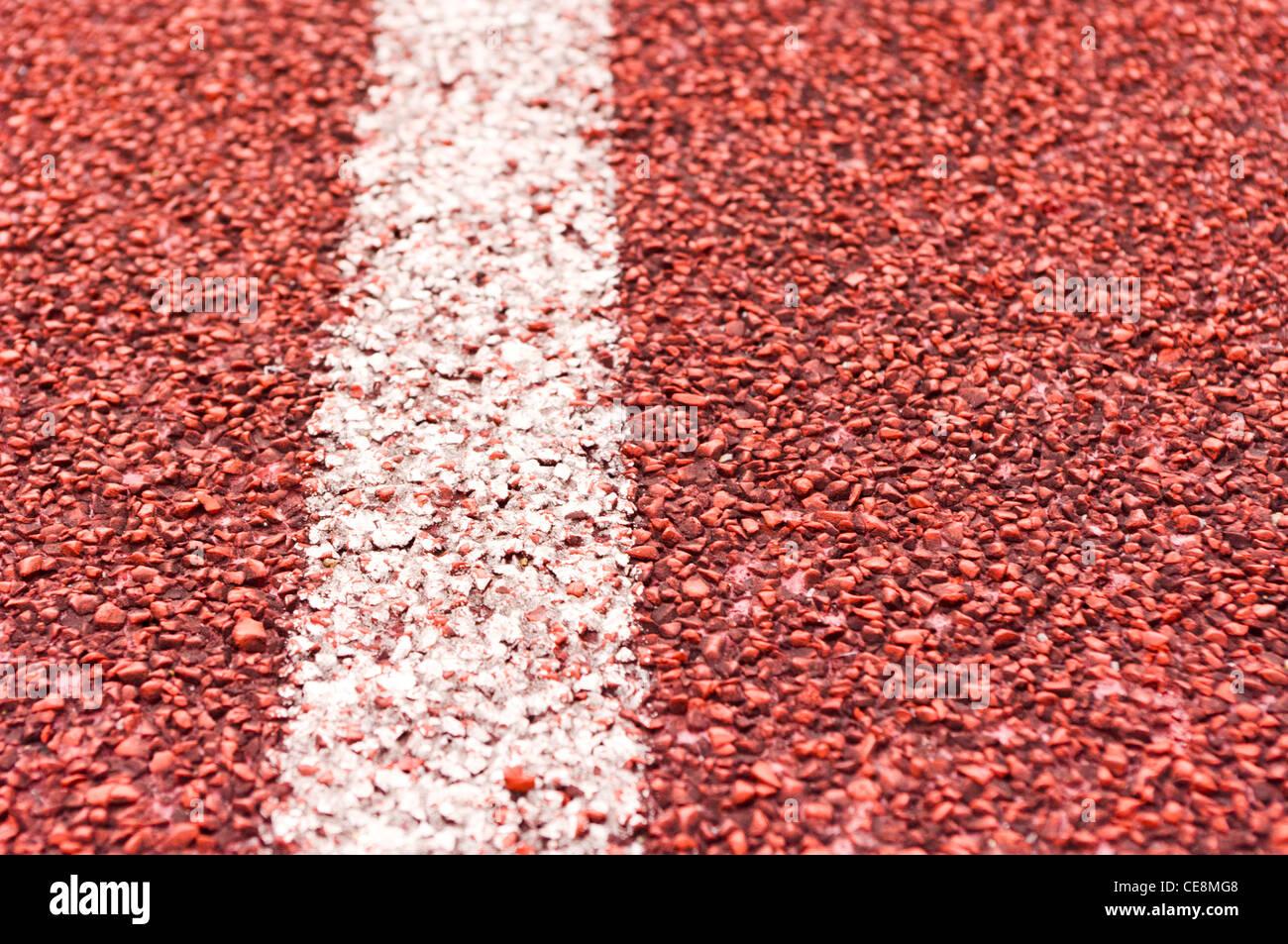 Más cerca de la línea blanca sobre rojo racetrack, deportes, concepto de fondo. Imagen De Stock