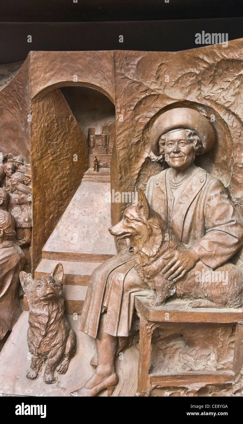 Alivio de bronce que representan a la Reina Elizabeth, la reina madre con sus corgis por Philip Jackson y el centro comercial de Londres, Inglaterra Foto de stock