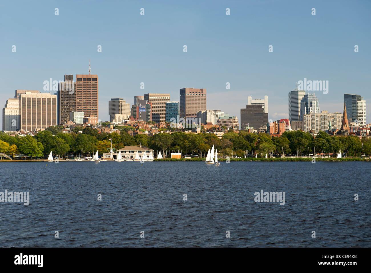Horizonte de Boston visto cruzando el río Charles en Boston, Massachusetts, EE.UU. Imagen De Stock