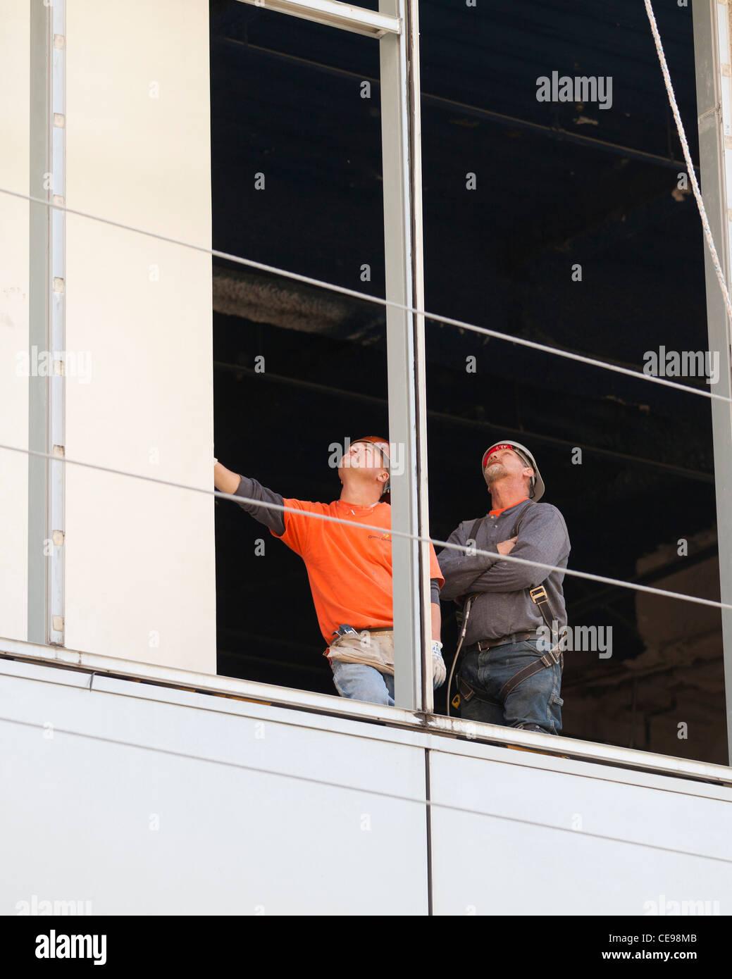 Los trabajadores de la construcción que trabajan en la construcción Imagen De Stock