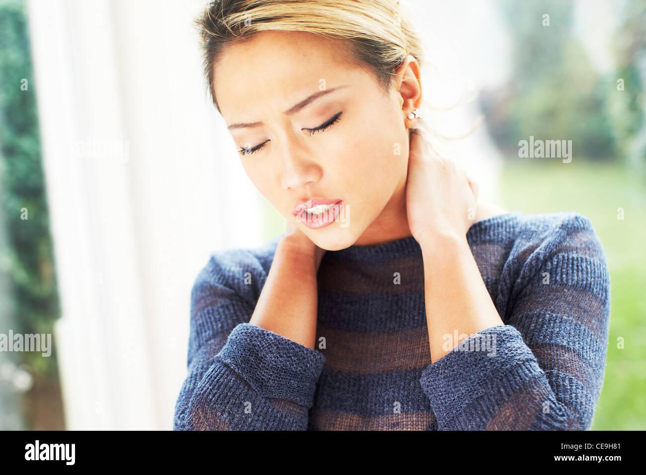 Chica masajear el cuello Foto de stock