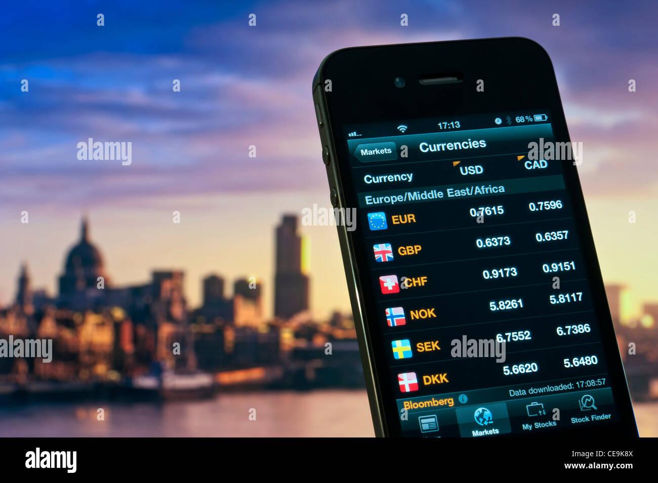 2012 iPhone pantalla visualizando datos de tipos de cambio europeo frente al dólar de EE.UU. y Canadá Foto de stock