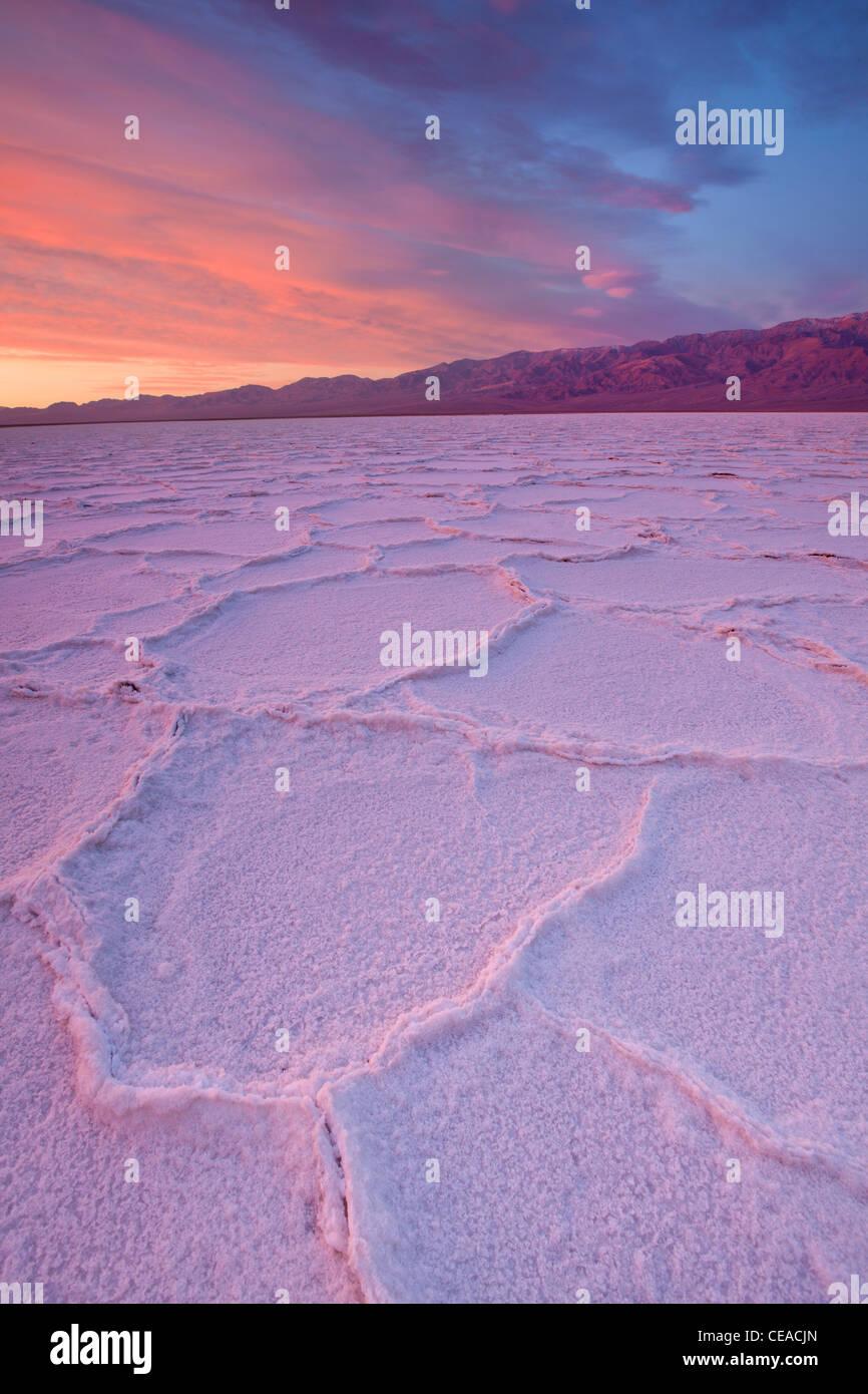 Amanecer sobre la sal de polígonos y patrones en Badwater Salinas en el Parque Nacional Valle de la Muerte, California, Foto de stock
