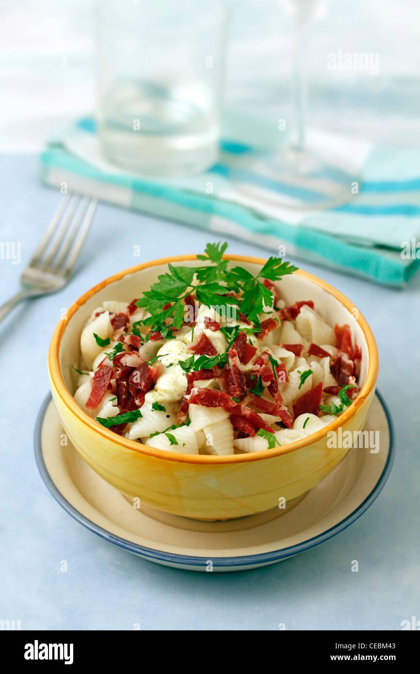 Pasta con jamón ibérico y salsa de yogur. Receta disponibles. Imagen De Stock