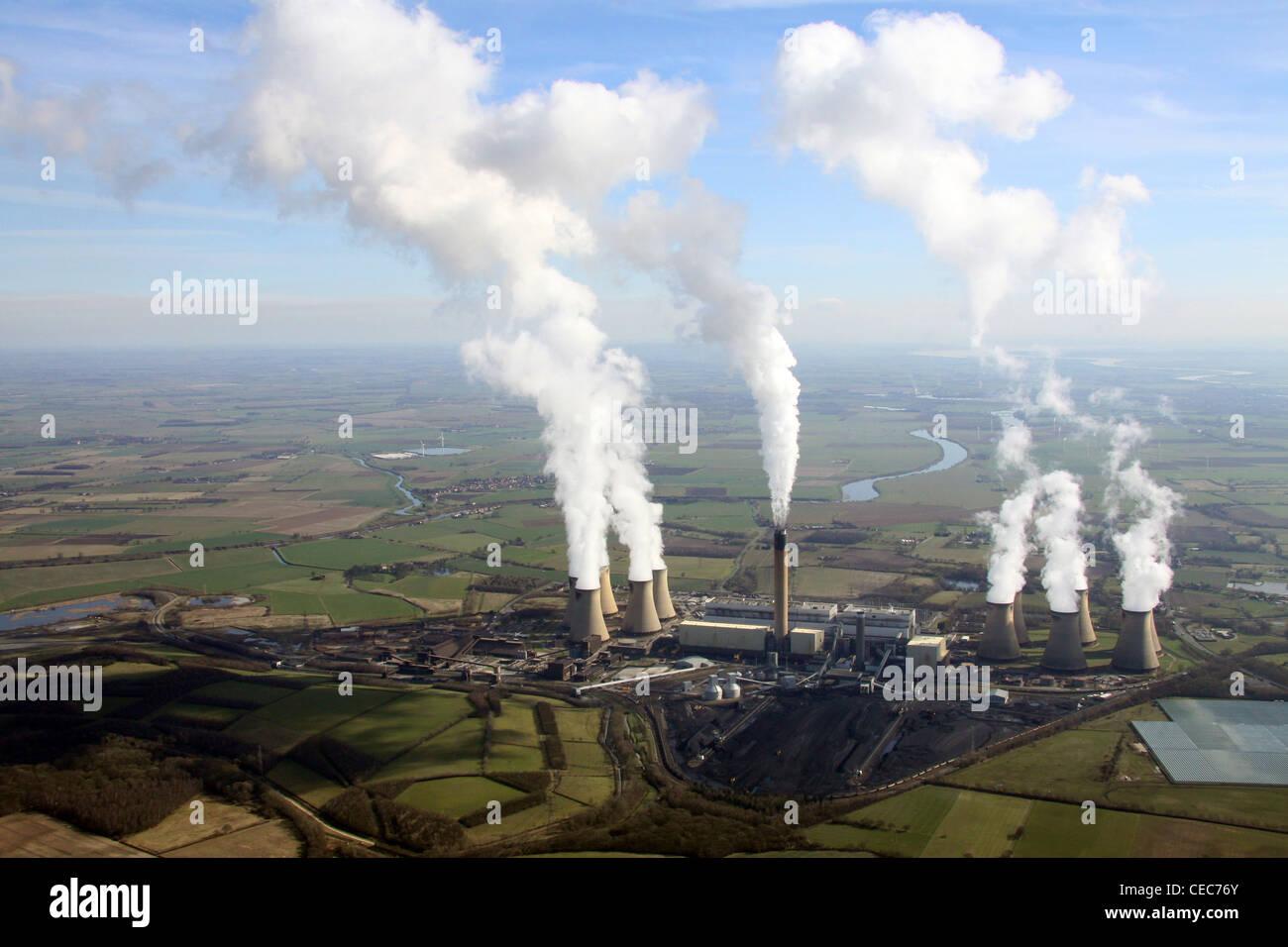Imagen aérea de la central eléctrica de Drax cerca de Selby, North Yorkshire. Las emisiones de vapor de Imagen De Stock