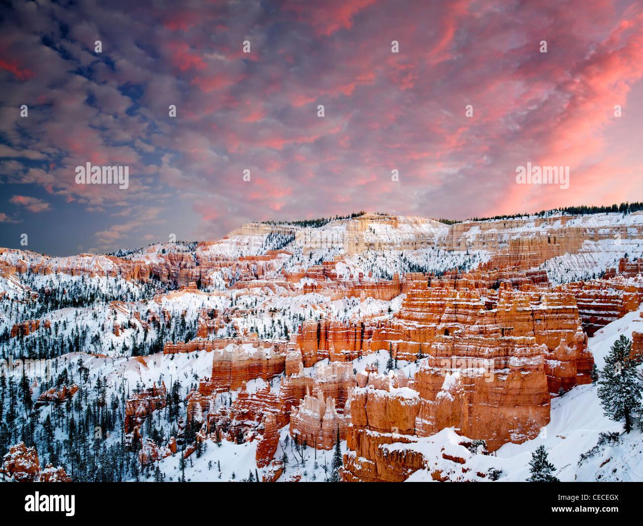 La nieve y el atardecer en el Parque Nacional de Bryce Canyon, Utah Foto de stock