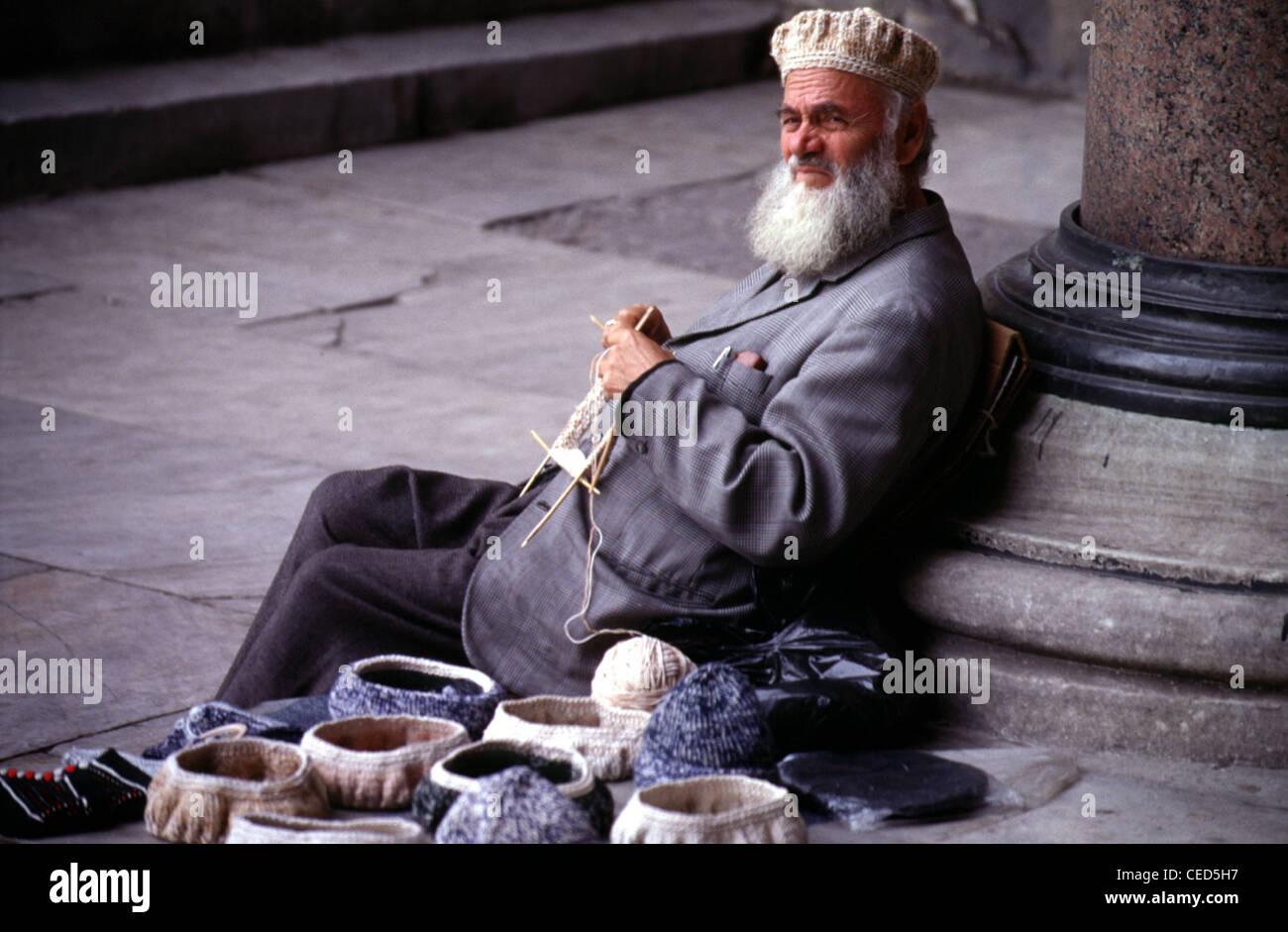 81d5edd082343 Anciano tejer lana tradicional sombreros de Fez en el distrito de  Sultanahmet de Estambul TURQUÍA Imagen