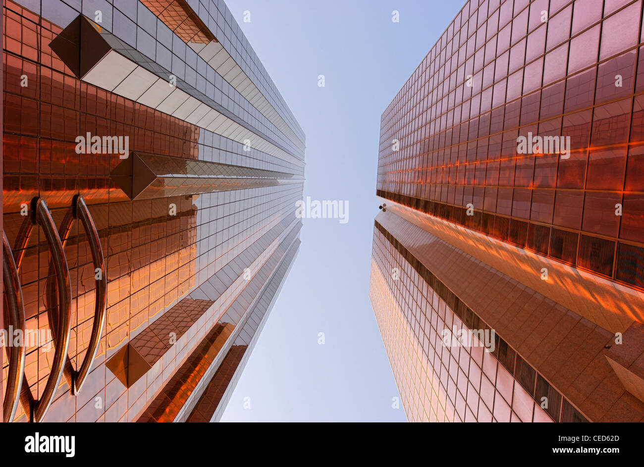 Las fachadas de color cobre de torres de oficinas, arquitectura moderna, Sheikh Zayed Road, al Satwa, Dubai, Emiratos Imagen De Stock