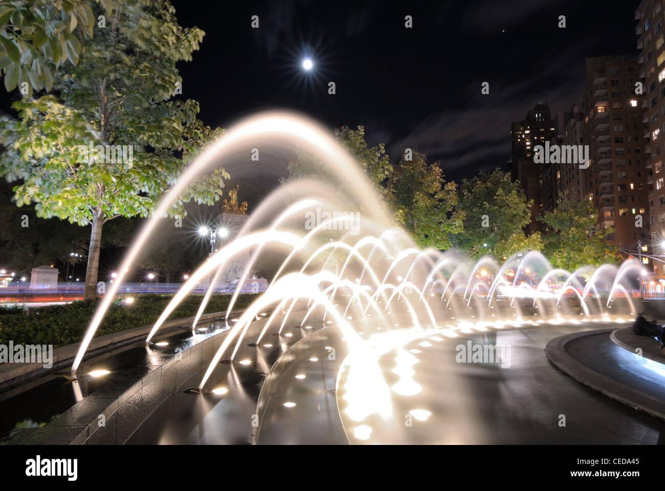 Spray de las fuentes en el Columbus Circle, en la Ciudad de Nueva York. Imagen De Stock