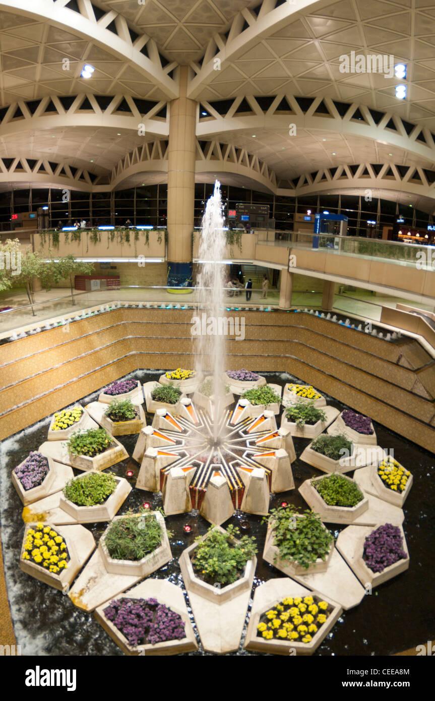 Fuente en Rey Khaled aeropuerto, Riad, Arabia Saudita Imagen De Stock