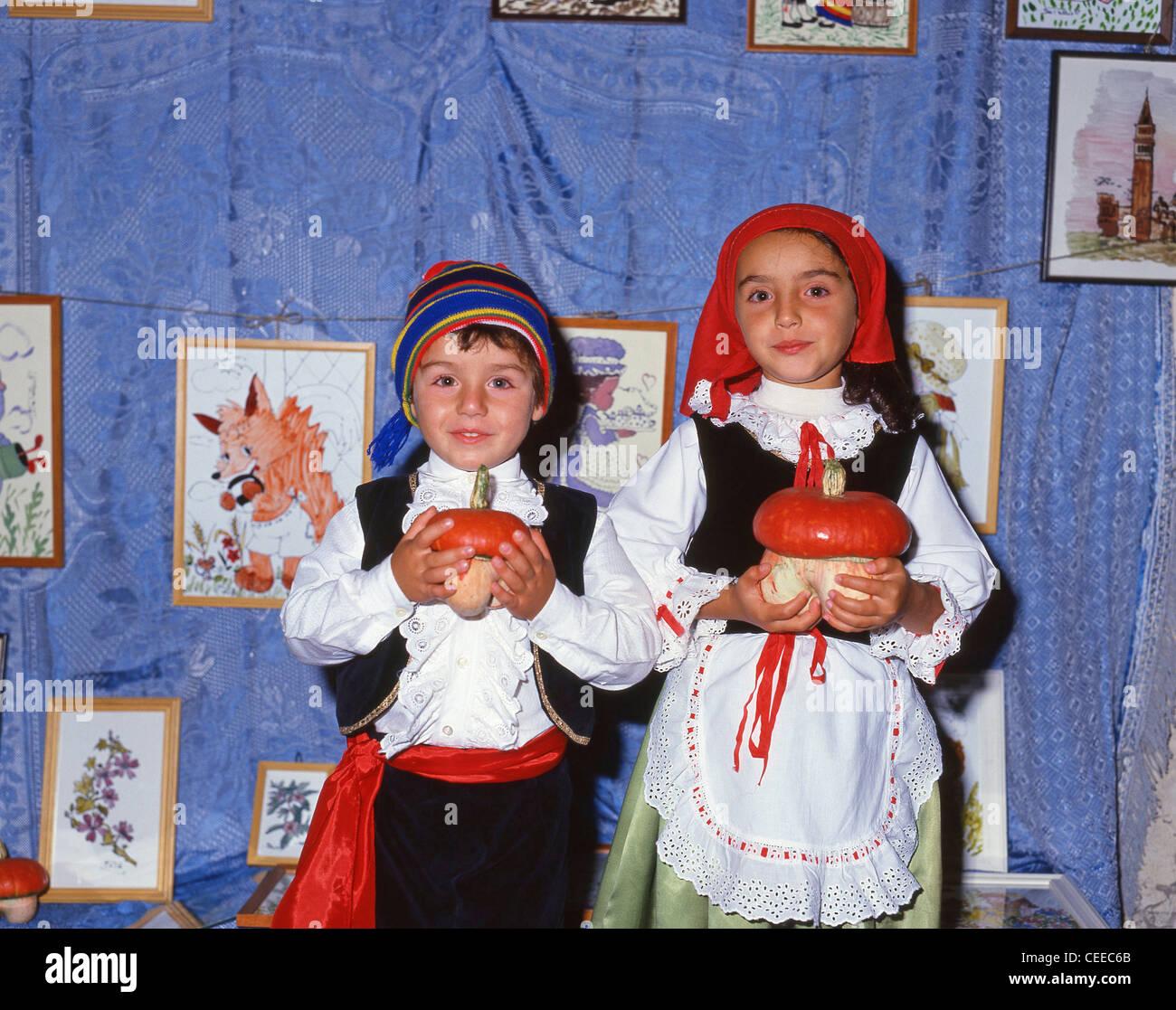 Los niños con trajes tradicionales, Sorrento, Provincia de Nápoles, Región de Campania, Italia Imagen De Stock