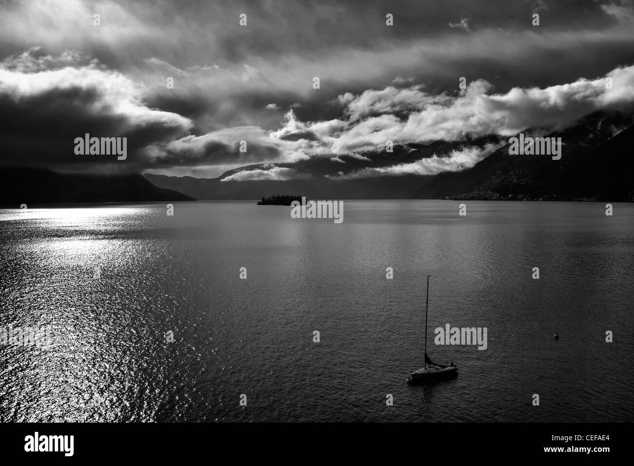 Nubes sobre el Lago Maggiore, que se había formado después de la lluvia en el invierno. Imagen De Stock