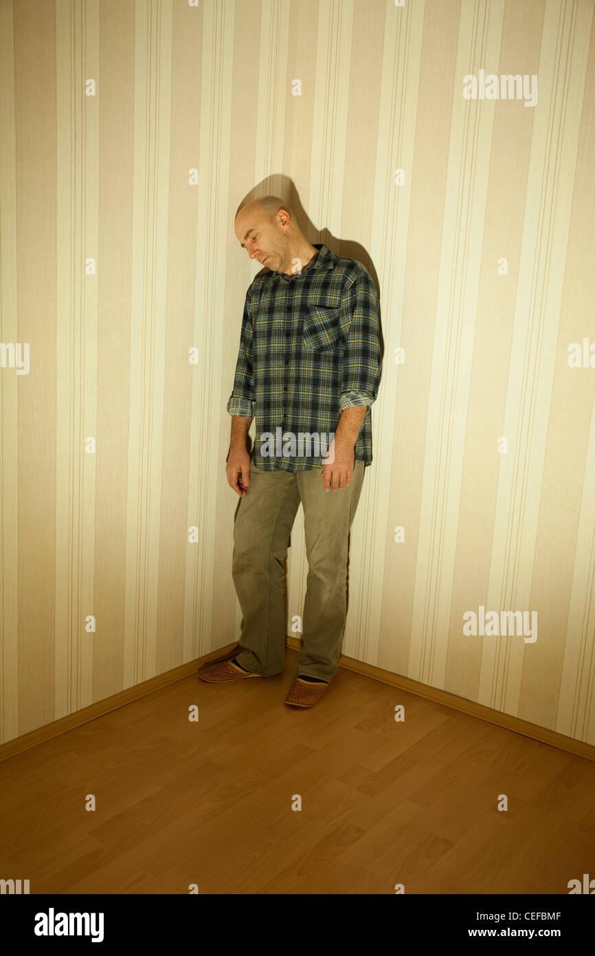 Hombre solitario en ángulo malos sobre la depresión Imagen De Stock