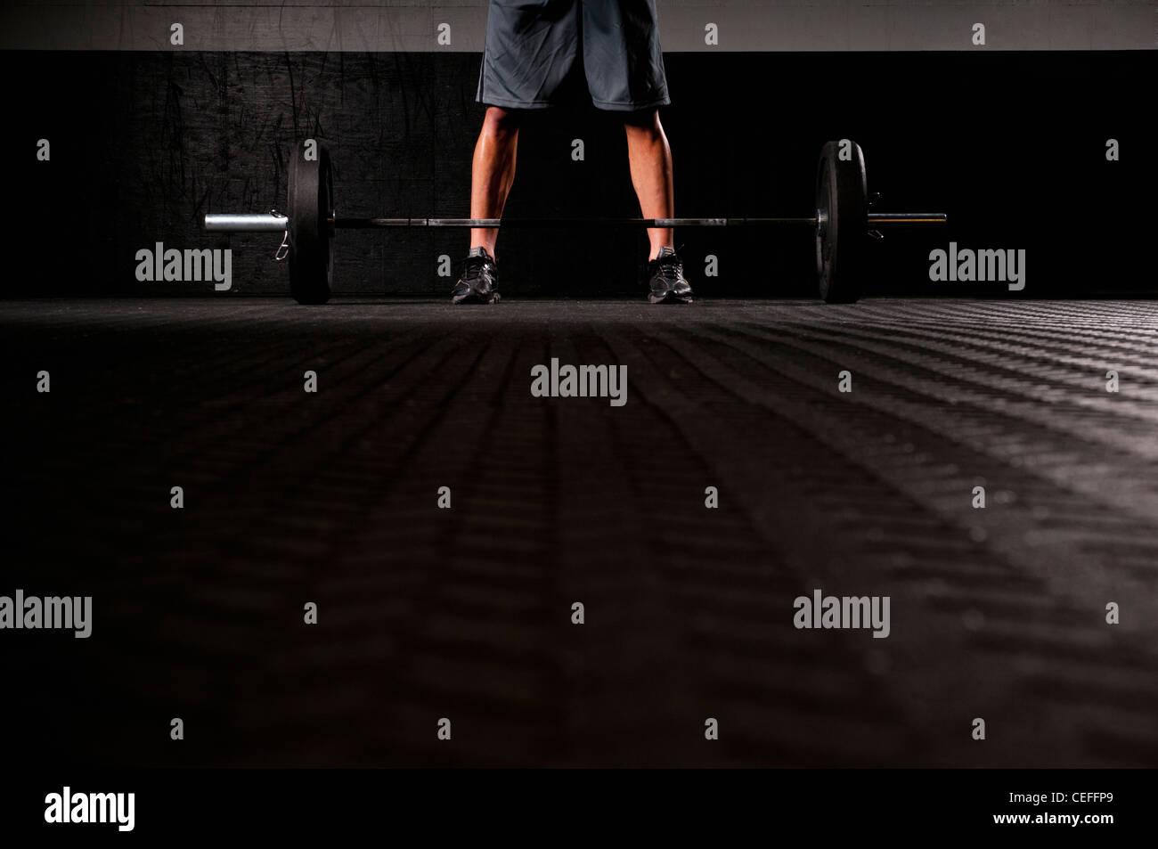 Hombre de pie con pesas Imagen De Stock