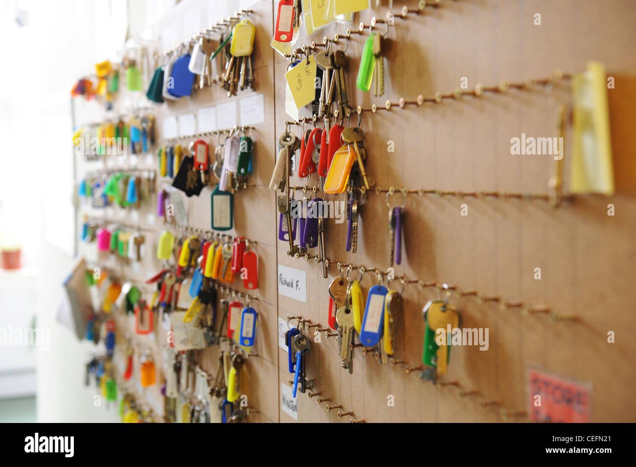 Claves para la asociación de vivienda casas cuelgan sobre un teclado Imagen De Stock