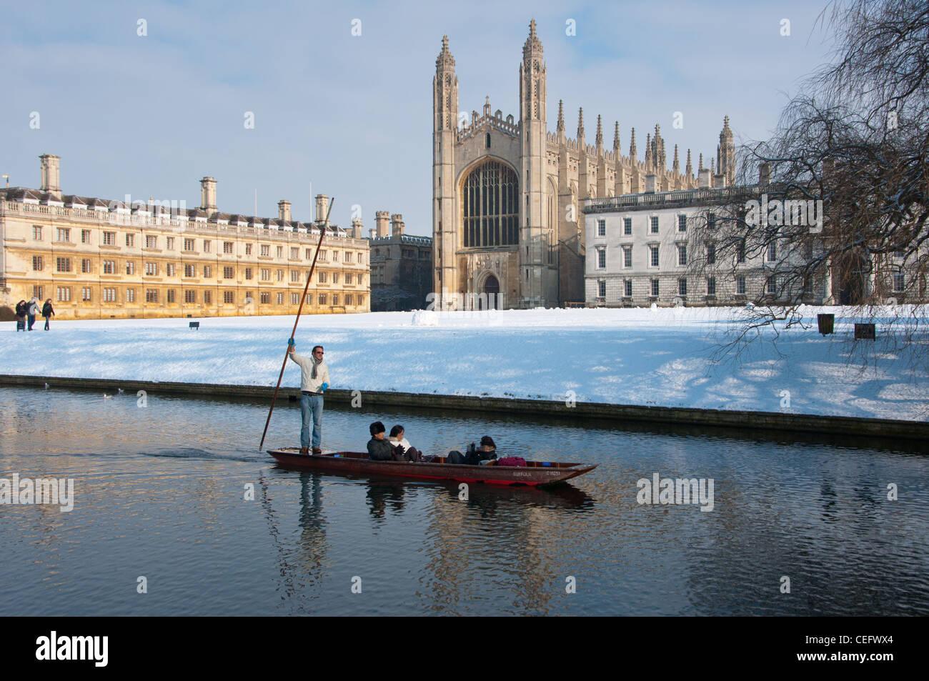 Remar a lo largo de río Cam en invierno con nieve Kings College Chapel en la parte trasera. Cambridge, Inglaterra. Foto de stock