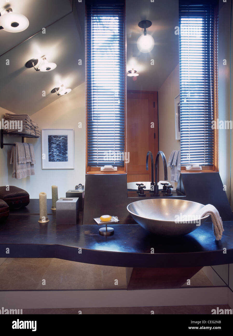 Luces de disco en el techo, en el moderno cuarto de baño con lavabo ...