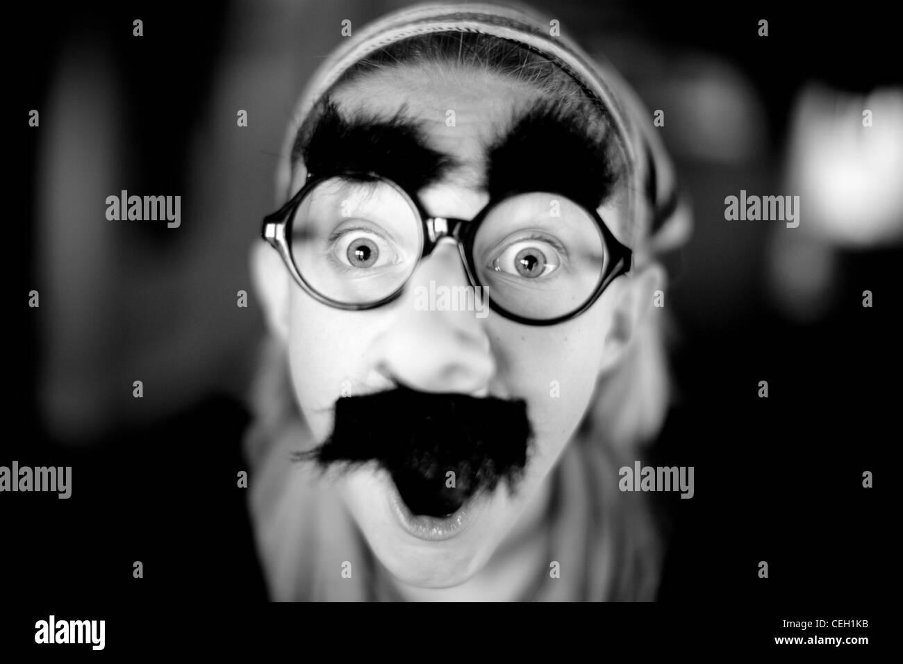 Retrato de monocromática vestida de máscara tonto Imagen De Stock