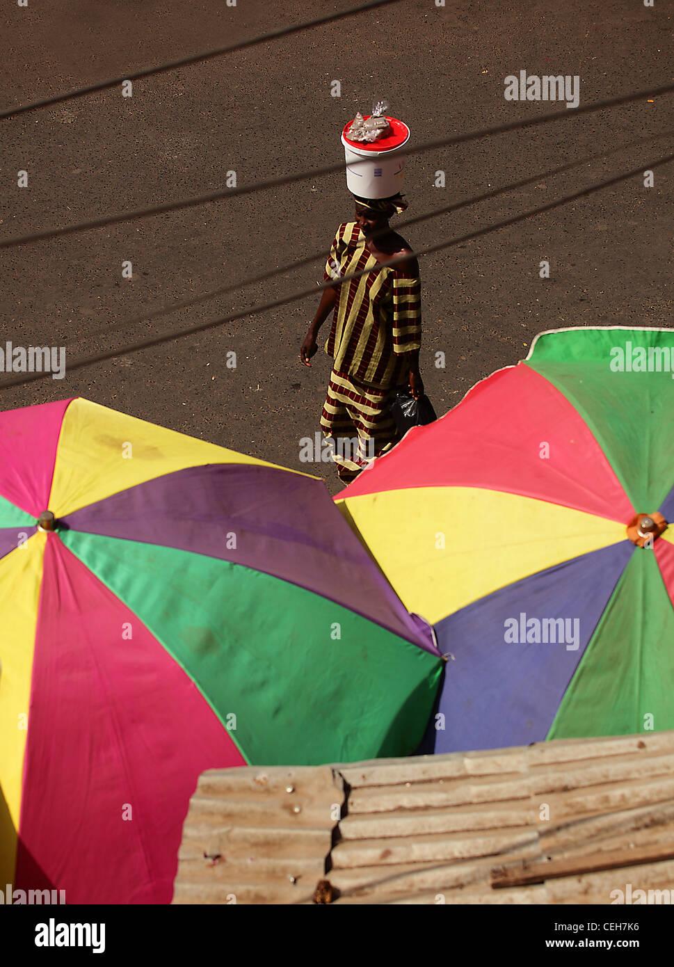 Hombre/Mujer de Gambia en un mercado callejero en Gambia,la foto es en color. Imagen De Stock