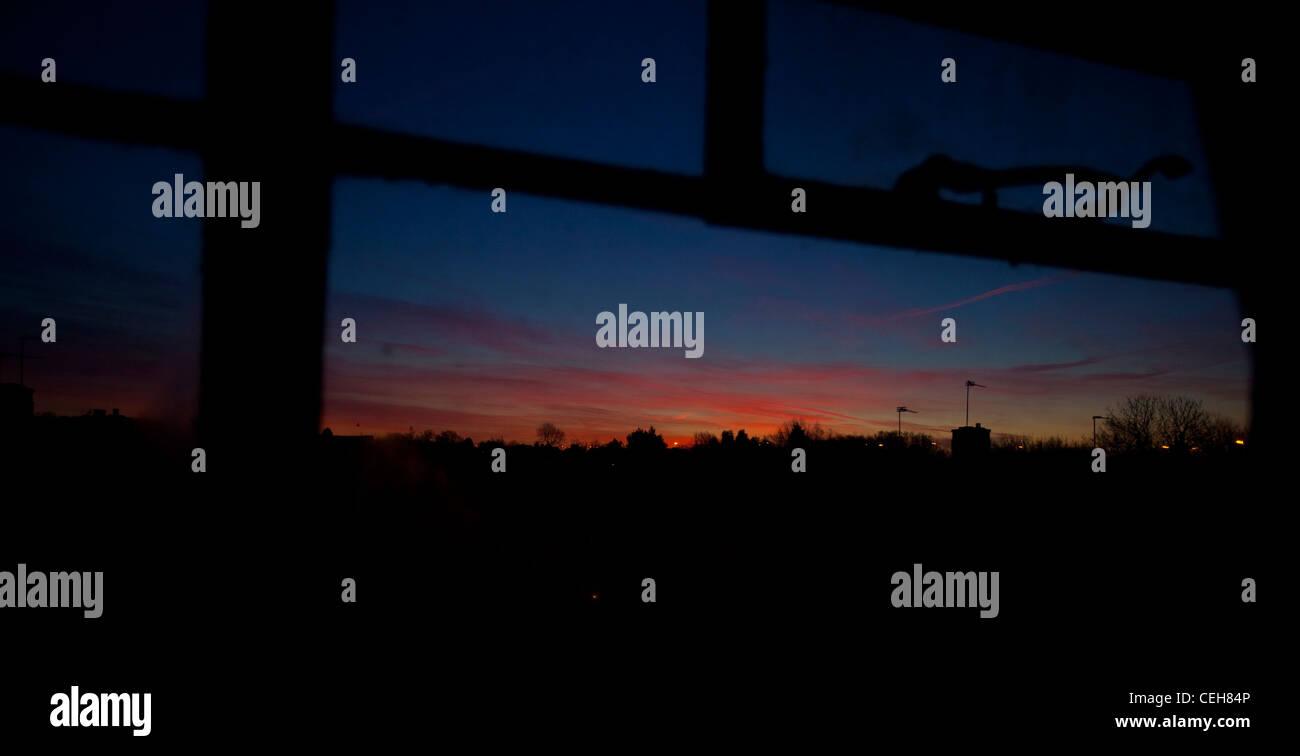 Colorido amanecer vistos a través de una ventana de vidrio, Londres, Inglaterra, Reino Unido. Imagen De Stock
