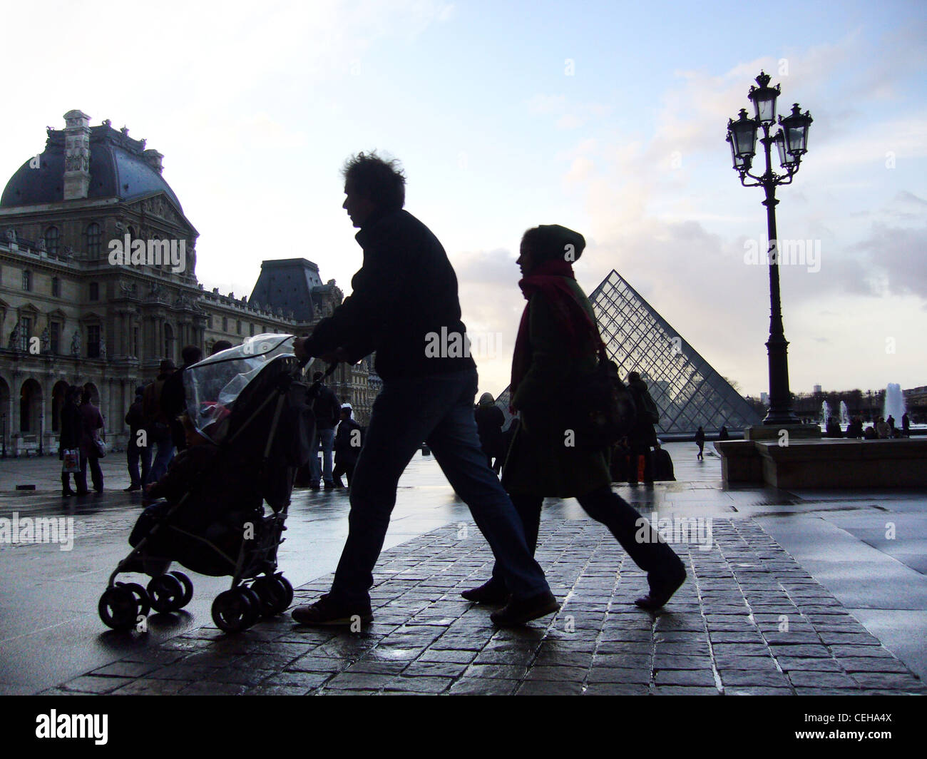 Siluetas en un día lluvioso en la Place du Carrousel du Louvre, París, Francia Imagen De Stock