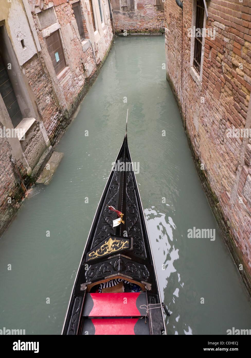 En un pequeño canal en góndola en Venecia Italia Imagen De Stock