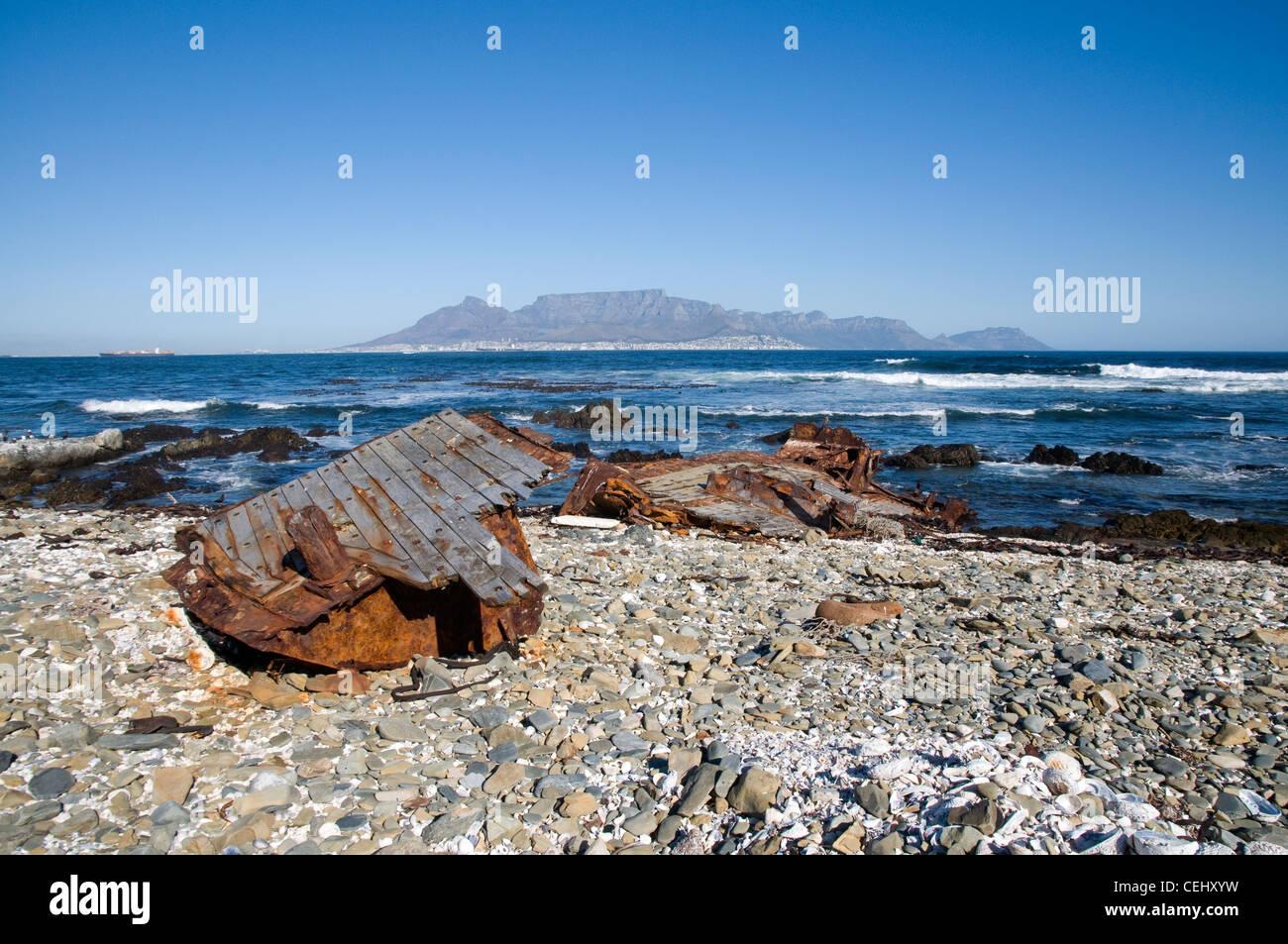 Naufragio y vistas de Table Mountain de Robben Island, Ciudad del Cabo, Western Cape Province Foto de stock