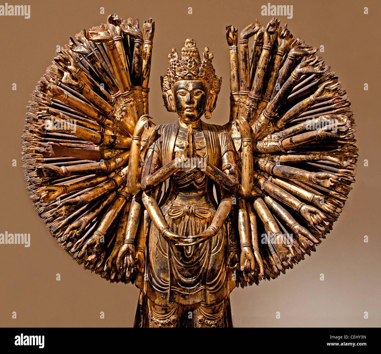 Bodhisattva Avalokitesvara Guanyin 1000 los brazos y los ojos de madera 5 Período de China de las dinastías Chinas AD 907-960 lacado de madera dorada Foto de stock