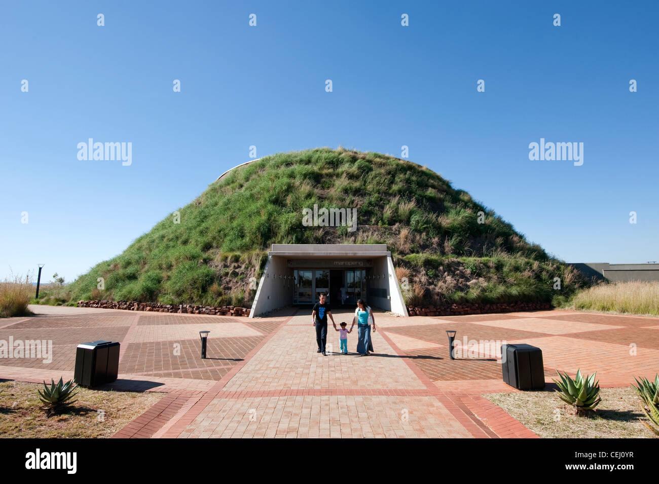 Caminando en familia Maropeng Museo, cuna de la humanidad,Gauteng Imagen De Stock