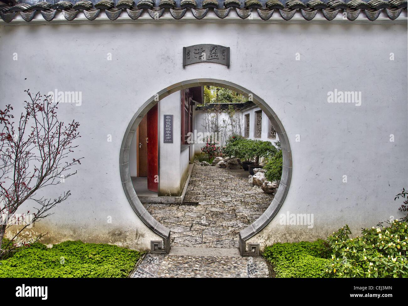 Una puerta redonda en el Jardín del Administrador Humilde - en Suzhou (China) Imagen De Stock