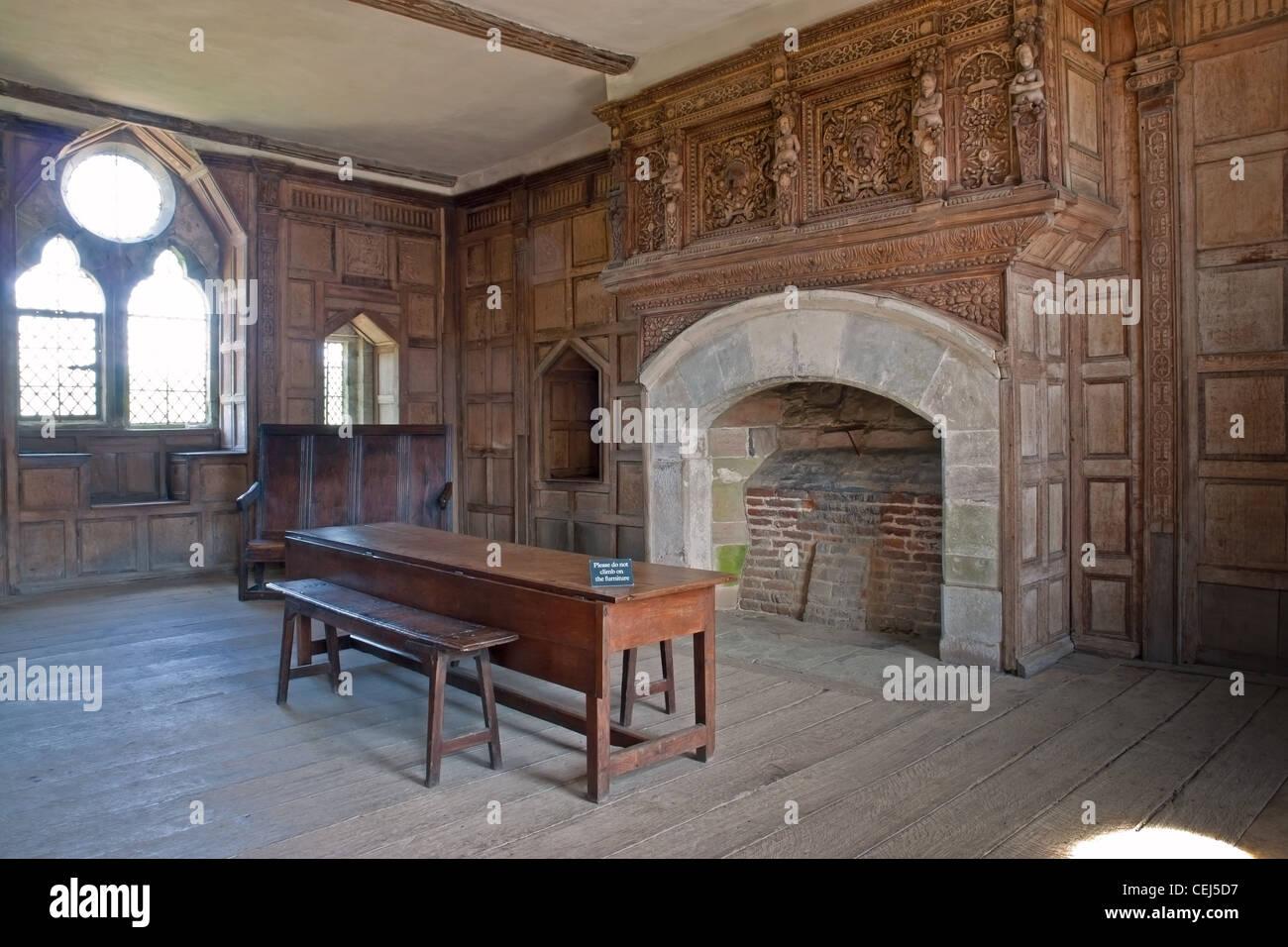 Interior de una habitación en Stokesay Castle, una mansión fortificada en Stokesay, Shropshire, con paneles Imagen De Stock