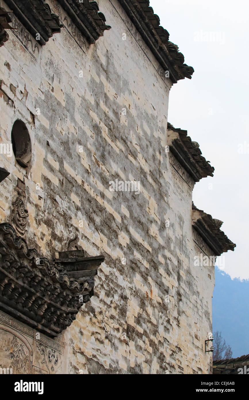 Una casa de estilo chino hui, alta pared texturizado blanco y techo negro con diseño escalonado Foto de stock