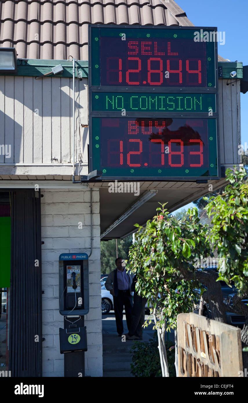 San Ysidro, California - los tipos de cambio se publican en una tienda cerca de la frontera U.S.-México. Foto de stock