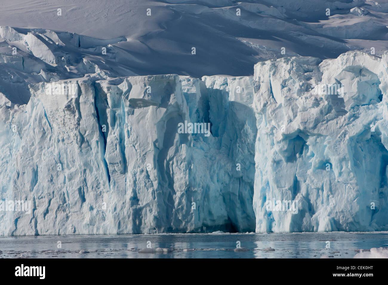 Los glaciares de la Antártida en el Océano Austral. Foto de stock