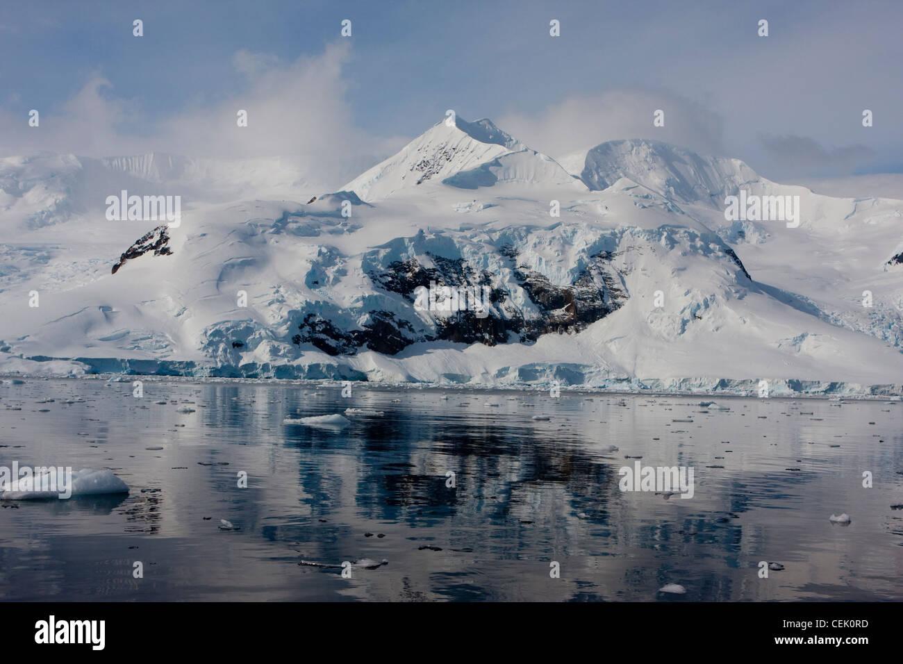 Montaña y reflexión en el océano austral la Antártida Foto de stock